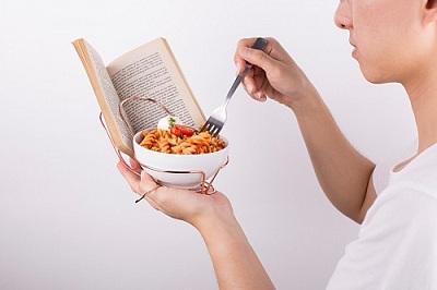边看书边吃饭